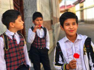 Il Viaggiatore - Bambini uzbeki all'uscita della scuola - Samarcanda, Uzbekistan