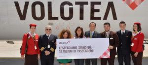 Il Viaggiatore Magazine - Equipe Volotea con viaggiatrice vincitrice - Venezia