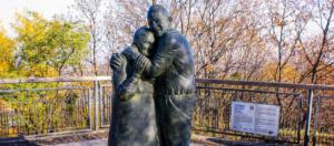 IlViaggiatoreMagazine-Statua di Luigi e Mokryna-Kyiv-Ucraina