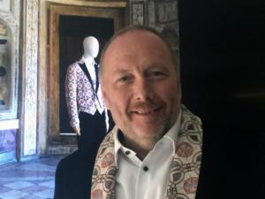 Peter Assmann sfoggia una giacca taylored con revers che ripoduce un disegno grafico di Giulio Romano