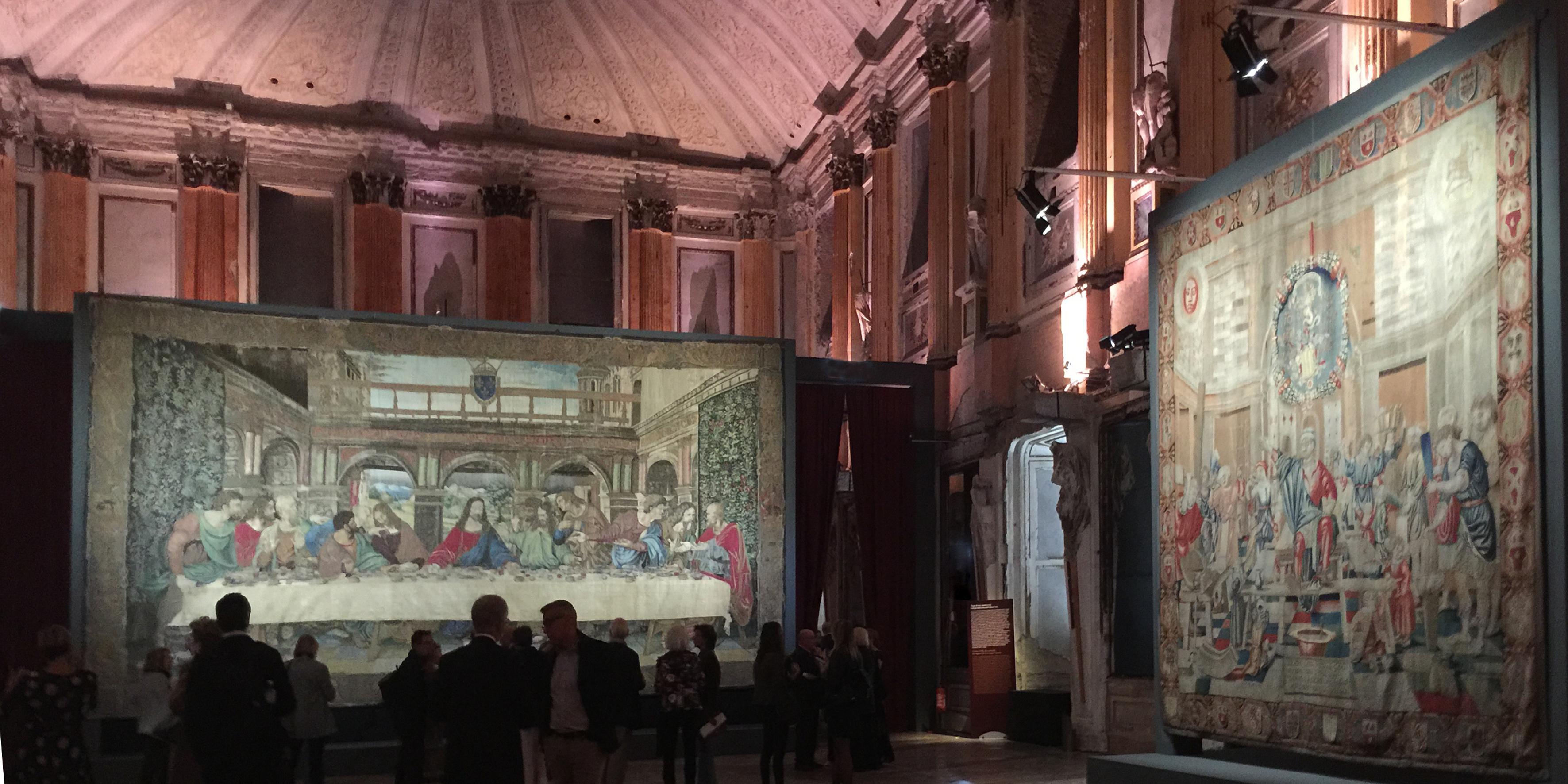 Nella sala delle Cariatidi, il Cenacolo in seta affiancato dall'arazzo coevo.