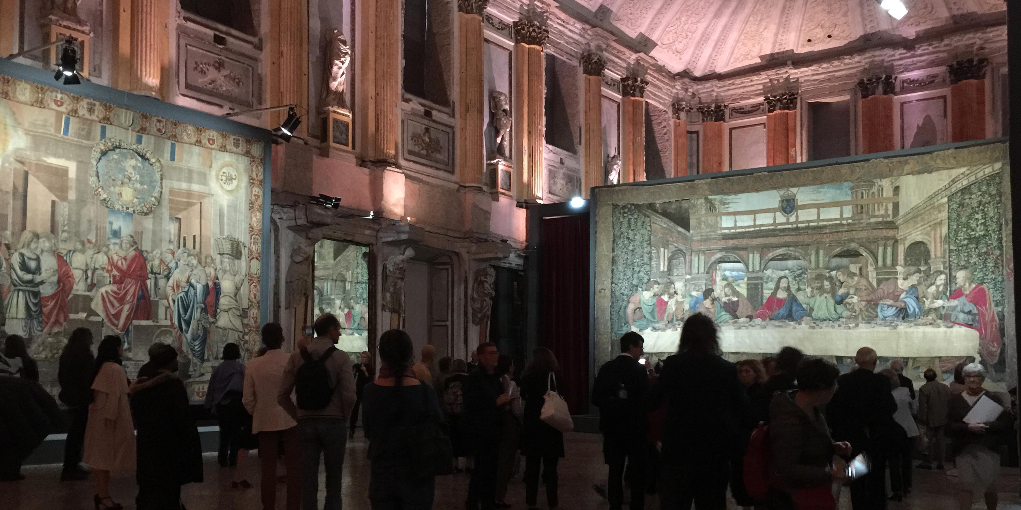 Nella sala delle Cariatidi l'arazzo della Collezione Trivulzio, raffigurante il mese di ottobre e a destra il Cenacolo in seta