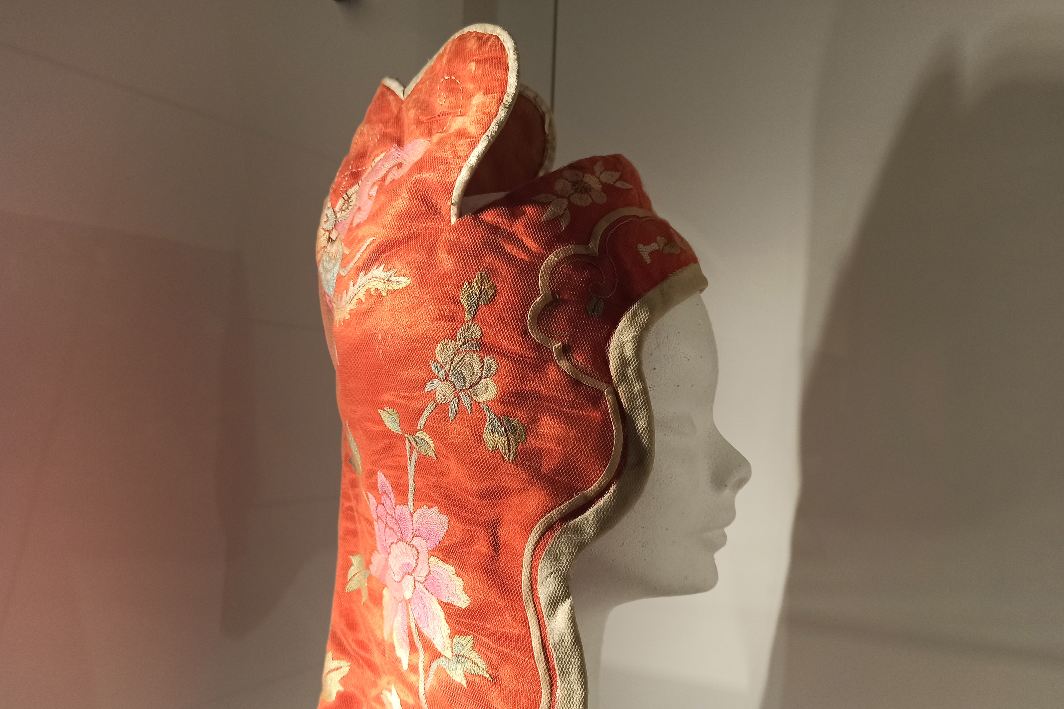 Copricapo Fengguo cappuccio da vento in seta imbottita di ovatta che copre orecchie e nuca del primo Novecento, usato nelle steppe delle regioni cinesi del Nord-Museo d'Arte Cinese ed Etnografico-Parma