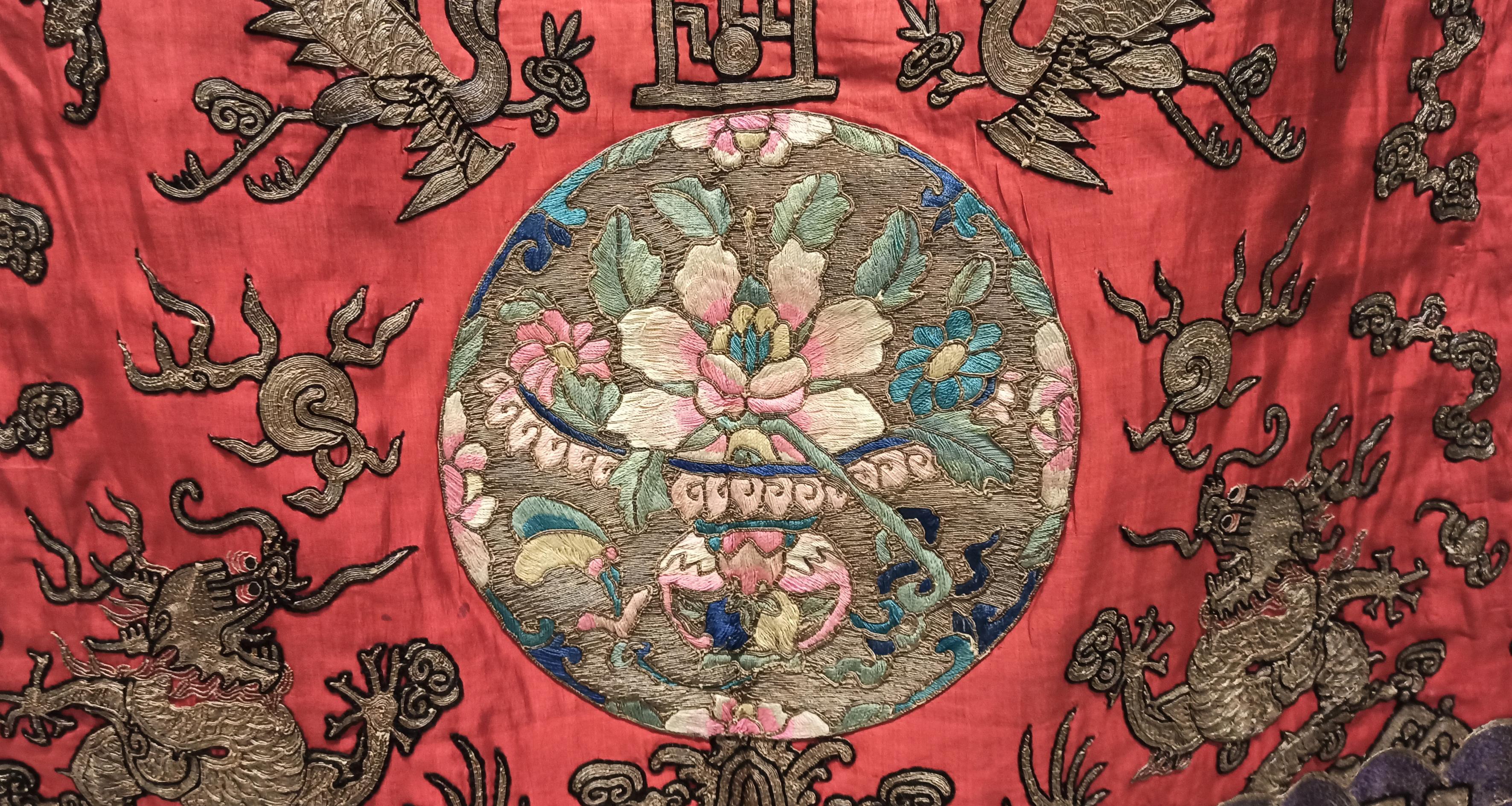 Tela di seta con ricami in filo d'oro e filati policromi realizzata in Cina con telaio manuale per abito liturgico taoista- Museo d'Arte Cinese ed Etnografico-Parma
