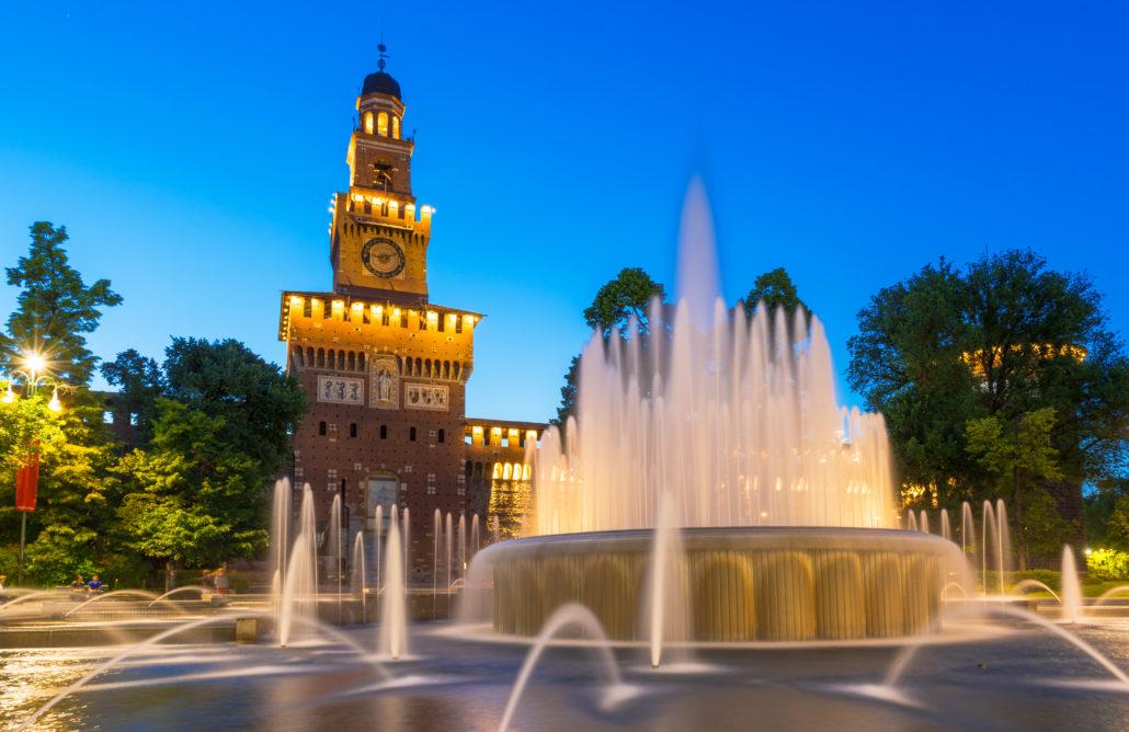 Milano, vista notturna del Castello Sforzesco