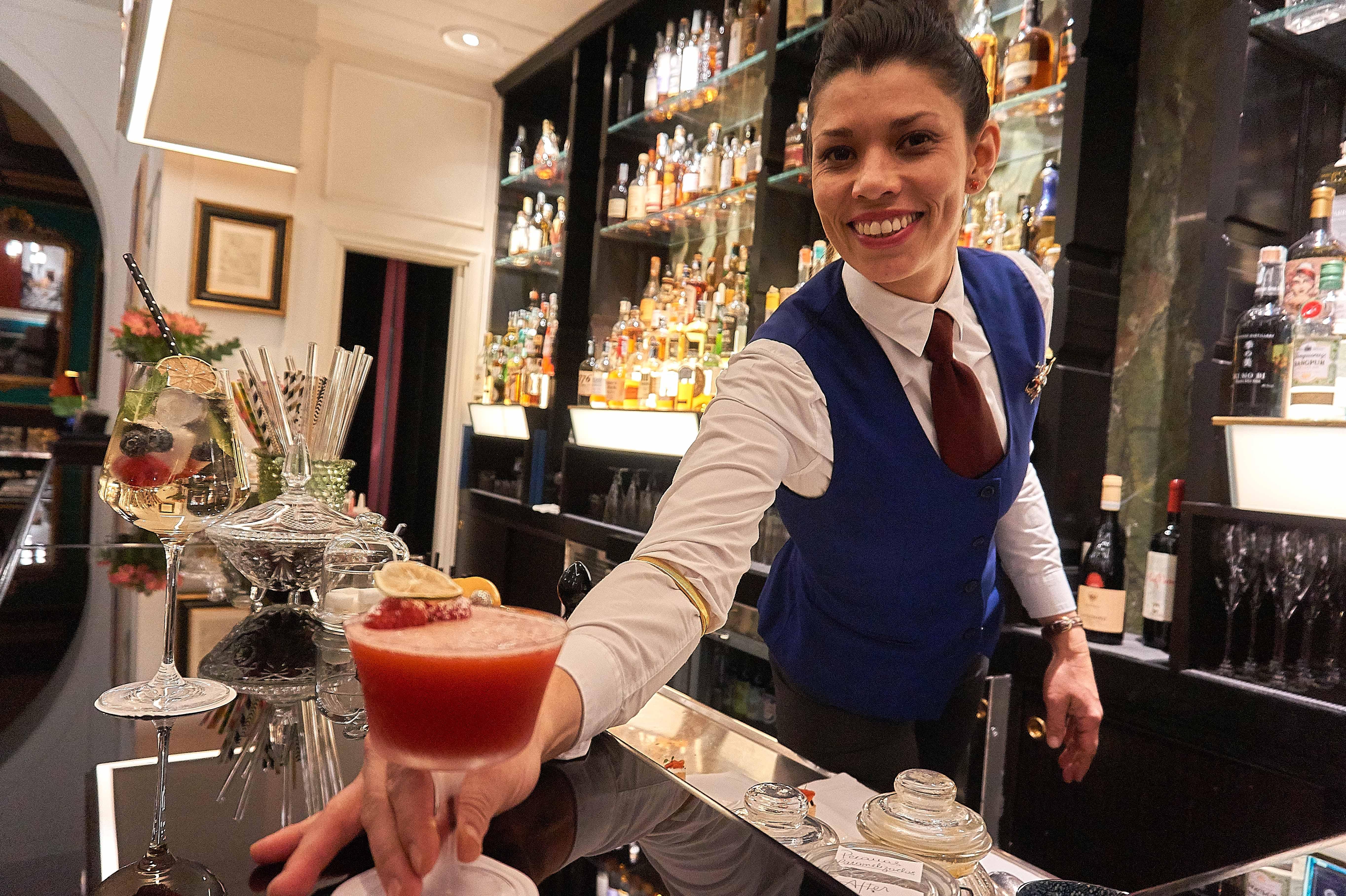 Vilòn-Nel salotto è il momento di un Cocktail Knickerboker-Bartender Magdalena Rodriguez-Aperitivi romani